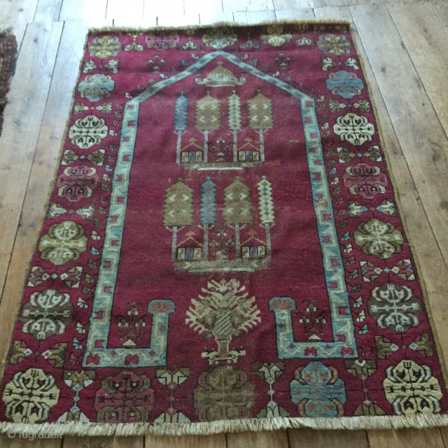 Kirsehir prayer rug. Sides secured underneath. End losses. Couple of small reptile spots. Ask for more photos if required. 159 by 106cm