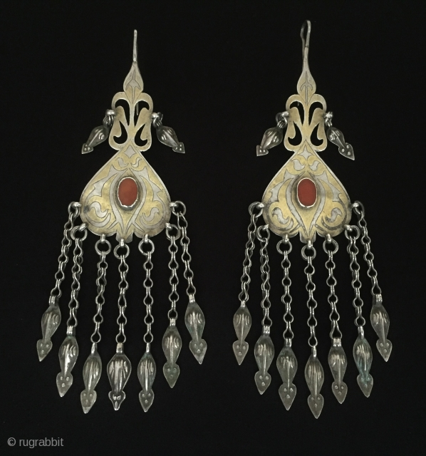 Central-Asia A pair of beautifull turkmen vintage tribal silver earrings gilded with cornalian Circa-1900 Size - Height : 20 cm - Width : 5.5 cm - Weight : 110 gr Thank you  ...