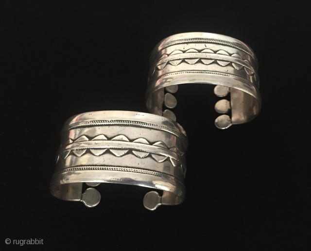 Central-Asia Turkmen-Ersary A pair of ethnic tribal silver cuff bracelets (Arm-band) Best condition ! Circa - 1920 Size - Lenght : 6.3 cm - Width : 3.5 - Weight : 171 gr  ...