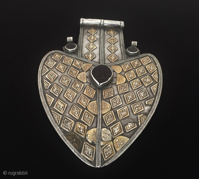 Central-Asia Yomud-Turkmen ethnic tribal silver pendant (Asyk) fire gilded with gemstone fine handcrafted Best condition ! Circa - 1900 Size - Height : 21 cm - Width : 13.5 cm - Weight  ...