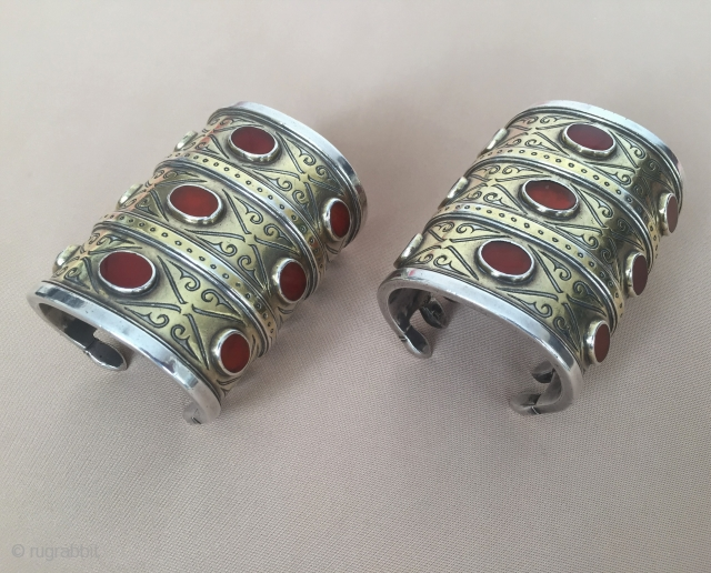 Central-Asia A pair of ethnic Turkmen traditional wedding silver bracelets (3-goshma) gold washed with cornalian fine handcrafted Excellent condition ! Circa - 1900 - 30 Size - Height : 9 cm -  ...