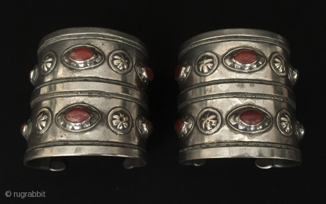 Central-Asia A pair of Turkmen-Ersary ethnic tribal silver cuff bracelets (Arm-band) with cornalian fine condition ! Circa - 1900 Size : ''6.8 cm x 6.5 cm'' - Weight : 243 gr Thank  ...