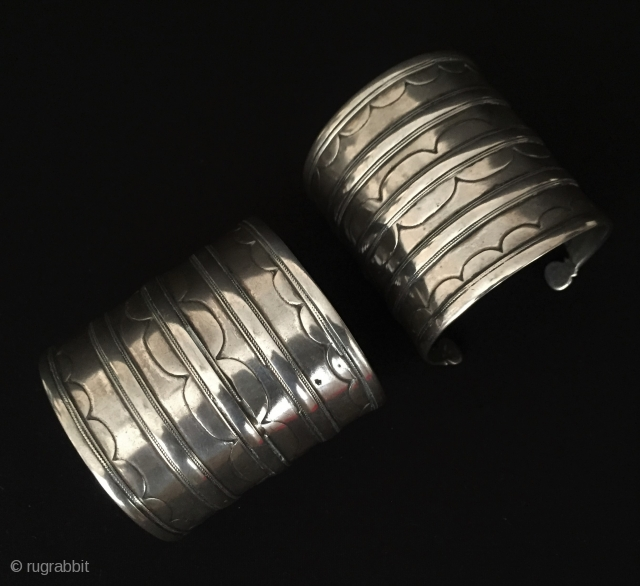 Central-Asia A beautifull ethnic Turkmen - Ersary traditional pair of silver bracelets Arm-band Very fine condition ! Circa - 1900 Size - '' 6.3 cm x 6.3 cm '' - İnner circumference  ...