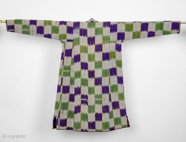 Top quality padded kurta / chapan. Similar example in Hali n.198 page 54 and in 99 Ikat Chapans by Mehmet çetinkaya. End of XIX cent.