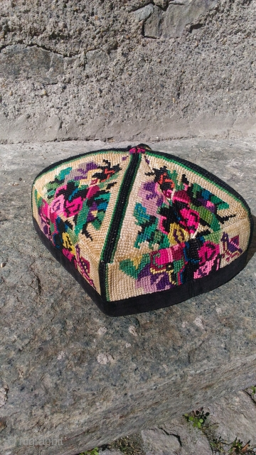 A cute child hat from Central Asia ( probably Uzbekistan ). Cross-stitched embroidery. Cm 13 x h12. First half of 20th century. No bleeding! Perfect condition.
