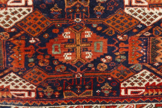 Attractive Afshar bag with wonderful colors, full pile, good condition apart from some hardly noticeable moth spots. the colors look natural to me. Closing sytem intact.  81 x 59 cm. (the colors are  ...