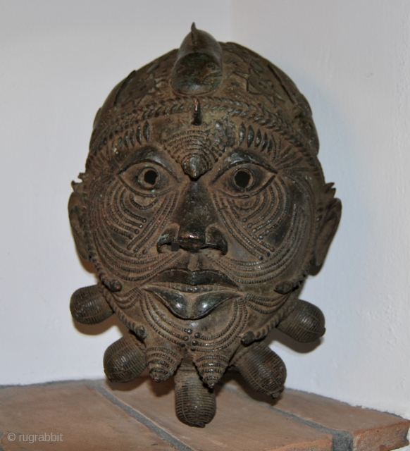 Benin royal  bronze HEAD OF Oba Edo KING. Cm 40x25 ca.  Weight is almost 6 kgs. Mid 20th century. Lost-wax casting technique. Unusually big mask of the head of an  ...