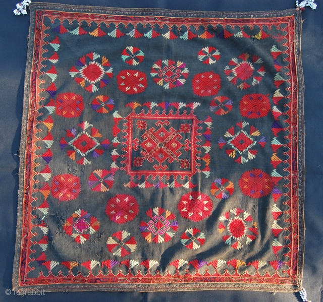 Nuristan. Woman head cover from Kohistan/Nuristan, Northern Pakistan/Afghanistan. Silk embroidery on black cotton. Cm 54x56. Some tears, as seen on the pics, one corner tassel missing. Early 20th century. Before 9/11 I  ...