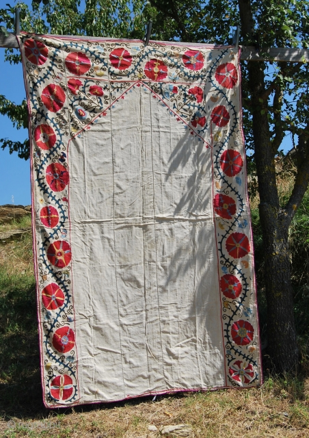 Uzbekh Suzani, wall decoration with mihrab, cm 216x142, datable 1880/1900, silk on cotton, natural dyes, fascinating collector's item - ref 777 - See more pics on Picasa: https://plus.google.com/photos/102077108999072625754/albums/5918543318468965281?banner=pwa