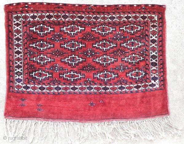 Ancient Yomut chuval, around 1930 in perfect condition.  Origin : Turkmenistan Period : around 1930 Size : 100 x 74 cm Material : wool on wool Perfect condition Vegetable dyes Handwoven  This rug has been cleaned by a professional.  ✦ Price  ...