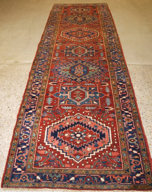 Antique Persian Heriz rug of good size, with traditional design. www.knightsantiques.co.uk Size: 12ft 4in x 3ft 7in (377 x 109cm).