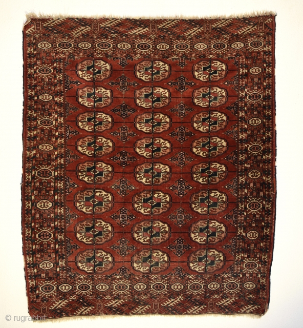 Turkmen Tekke wedding rug. Size: 141cm x 120/ 4′ 7.51″ x 3′ 11.24″