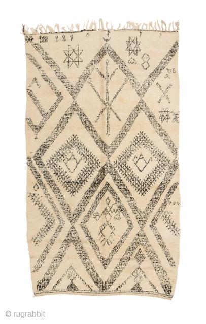 tm 1985, teatime! monumental Ait Seghrouchene pile rug with 2 massive teapots + rare white ground, central Middle Atlas,  Morocco, 1970s/80s, 315 x 180 cm (10' 4'' x 6'). www.berber-arts.com