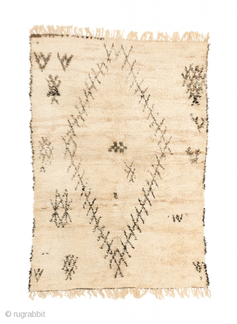 tm 2056, rare white ground Beni Mguild pile rug with deep pile + a monumental diamond design, central Middle Atlas, Morocco, 1980s, 280 x 190 cm (9' 3'' x 6' 4''). www.berber-arts.com  ...