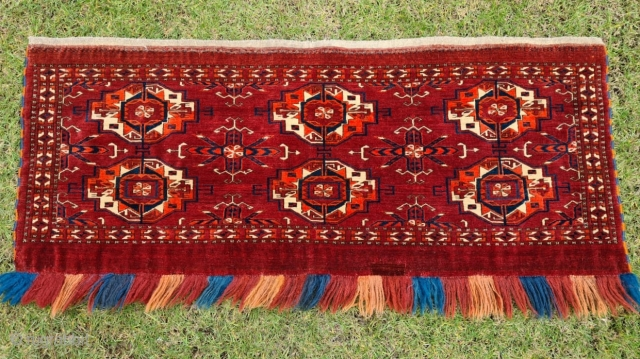 Rare Smith-type Turkmen Tekke 6 gull torba from the first half of the 19th century. Great age, color, very fine weave and high-quality wool. Note the double ram horns in the main  ...