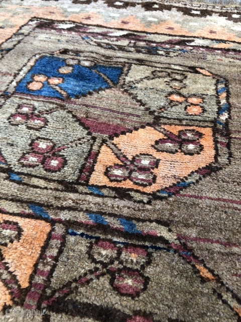 141 x 100 cm Original Belouch with big Ersari Gols. In very good condition. Wool on Wool and natural dyes. All original in size and with the 2 kilims at the ends. This belouch has  ...