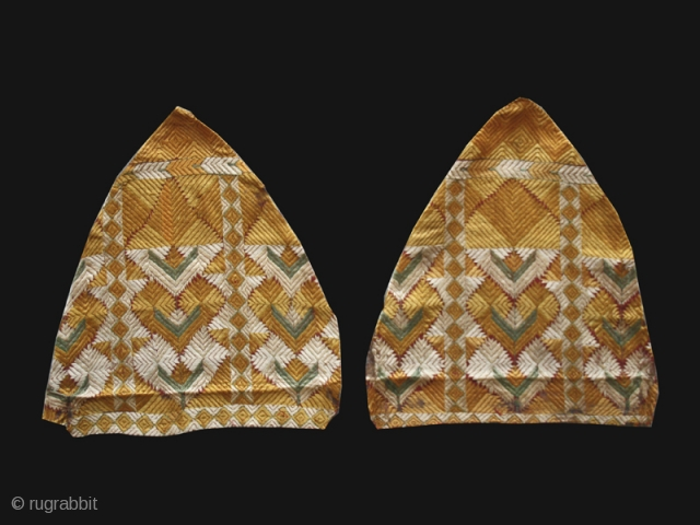 """Pair of Phulkari fragments cod. 0596. One of the item posted on my website www.nonplusultra.cloud. Silk embroidery and natural dyes. India. Late 19th. century. Good condition. Cm. 36 x 36 ( 1'2""""  ..."""