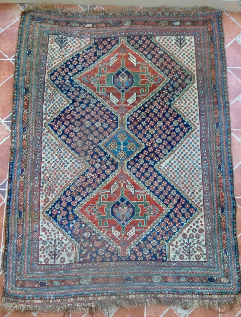An ivory-ground Quashqai rug with secundary indigo blue field with two large red diamonds, linked by a smaller blue one. 180 x 130 cm. second half of 19 th. century. Very pliable,  ...