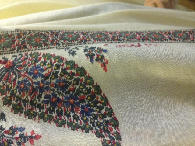 Indian kashmir shawl. Châle cachemire indien antique du 18ème siècle . L'état de châle est grand que comme neuf . Des couleurs très vives et fraîches . Globalement, ce est un chef-d'œuvre .  Taille 320cm  ...