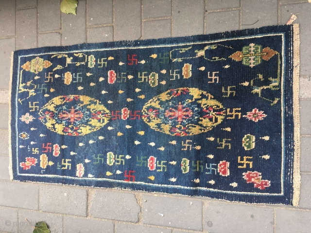 #2019 Tibet rug, blue background with two group flowers, around with lucky cloud and 卍 veins.the veins turning in clockwise, buddhahism think that clockwise directtion turning is luck.this  symbolizeing permanent good  ...
