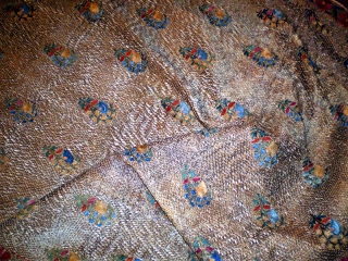 Golden Suzani. Outstanding and rare Uzbek Suzani (possibly Bukhara or Nurata) with Safavid silk pattern and metal-thread background. Late 19th c. 150x225 cm. For another exampòe with golden ground see: Crol Bier,  ...