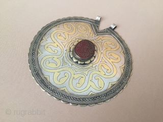 Central-Asia Turkmen ethnic vintage silver pendant iskendery-design gilded with cornalian on the stone writting-İslamic for goodluck Very fine condition Circa-1920-50 Size : ''13cm x 12.5cm - Circumference : 40cm - Weight :  ...