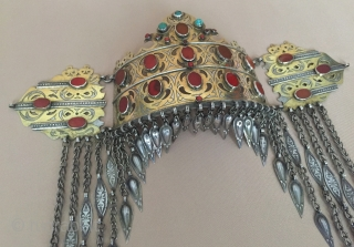 Central-Asia A beautifull Turkmen girls bridal headpiece gilded with cornalian and turquoise open work ethnic tribal jewelry Best condition ! Circa-1930-50 Size - Lenght : 30 cm - Middle width tassel :  ...