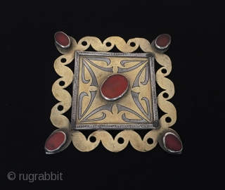 Central-Asia A beautifull ethnic Turkmen silver jewelry with cornalian fine gold washed Good condition ! Circa - 1920 Size ''6.8 cm x 6.8 cm'' - Weight : 22 gr  Thank you  ...