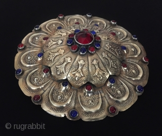 Central-Asia A beautifull antique Turkmen-yomud silver gulyhaka pendant fine gilded with glass original ethnic tribal jewelry Excellent condition ! Circa - 1900 Size - ''12.5 cm x 12.5 cm'' - Circumference :  ...
