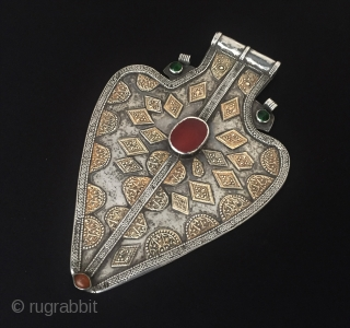 Central-Asia A beautifull Ethnic Turkmen-yomud tribal silver pendant (Asyk) fire gilded with cornalian and gemstone Best condition ! Circa - 1900 Size - Height : 19 cm - Width : 12.7 cm  ...