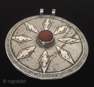 Central-Asia Turkmen-Ersary a beautifull silver pendant with cornalian Fine condition ! Circa - 1900 Size - Height : 12 cm - Width : 11 cm - Circumference : 36.5 cm - Weight  ...