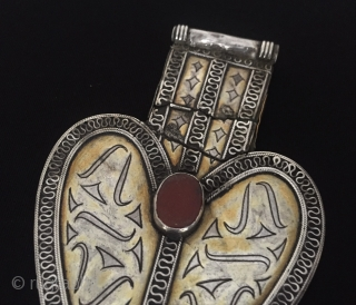 Central-Asia Tekke-Turkmen vintage silver pendant (Asyk) gold washed with cornalian Circa - 1900 Size - Height : 11.7 cm - Width : 7.3 cm - Weight : 48 gr Thank you for  ...