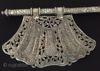 Central-Asia Ethnic Turkmen traditional antique silver fan fine handcrafted Best condition ! Circa - 1900 or earlier Size - Lenght : 32.5 cm - Width : 12 cm - Weight : 188  ...