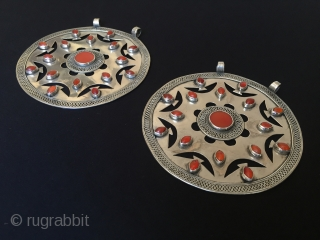 Central-Asia Turkmenistan-Ersary collectible pair silver pendant with cornalian original ethnic turkmen art tribal jewelry open work best condition Circa-1900s Size : 12.5x12.5 Circumference ''41''cm - Weight : 255 gr Thank you for  ...