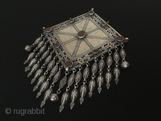 Central-Asia Ethnic Turkmen Silver Gonchjuck İskendery design Pendant with cornalian fire gilded original tribal jewelry great working Excellent condition Circa-1900 Height ''29'' - Width ''21.5'' cm - Weight :341 gr Thank you  ...