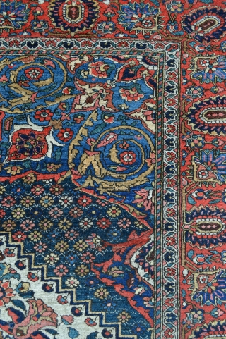 "Fine Bakhtiari Rug in excellent condition - 2.03m x 1.40m (6' 8"" x 4' 7"")."