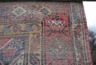 Gendje rug, cm 123x221, dated 1289 or 1873. Beautiful, colorful, beaten up, charming.... Heads and sides redone in the old days, one main restoration, see photo. Trace the two antropomorphic figurines.... Despite  ...