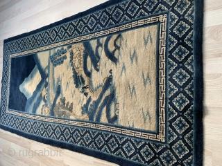 Chinese antik rug with very Nice motif , perfekt kondision measures 185x92 Sold