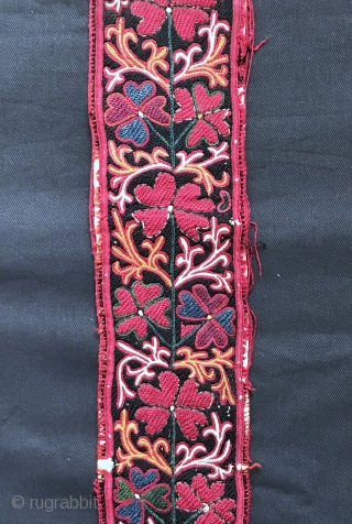 An exceptional antique fully silk embroidered Uzbek belt, dating to the 3rd quarter of 19th Century. Besides it's aesthetic and artistic beauty, this a rare example for two particular reasons (attribution and  ...