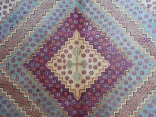 271 x 164 cm. Tappeto orientale delle Oasi del Xinjiang antico. Ottime condizioni. Antique carpet of East-Turkestan in very good condition. Wool on cotton. Beautiful colours. It is a Samarkand carpet Oasi of Kashgar.  ...
