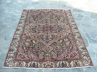 328 x 224 cm is the size of this original piece knotted in the region