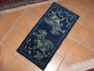 125 x 68  cm ANTIQUE SICHUAN CHINESE CARPET with 2 FO-DOGS. Very good condition. No restors, repils or stains. Full pile. Shiny wool. All the best from COMO-Italy!  Maurice