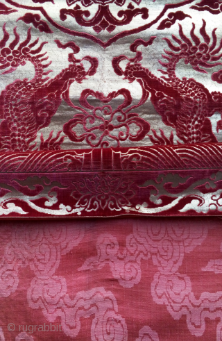 this is an exeptional qing dynasty velvet chair cover with gold threads background. it is in an extraordinary good state of conservation for such a silk weaving , with original lining..please see  ...