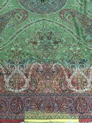 Exceptional 19th century green French Paialey shawl, very rare green center ans fine weaving