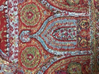 Exceptional Indian shawl, kani embroidery, 19ty century in very good condition apart few small holes in the center, around 3 meters long, beautiful fresh colors and very fine embroidery