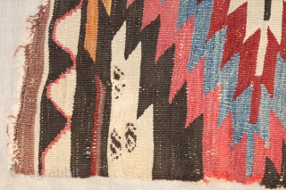 Kapadokien Kilim 1,05/2,75 m MITTE 19. J.H. Kelims mit dem sogenannten Baklava-Motiv, ein türkisches Gebäck in der Form eines Parallelogramms, folgen mehrheitlich zwei Musterprinzipien. Aus einem bis drei Zentren erwachsen durch außen angefügte Baklavaringe  ...