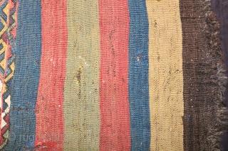 """Kayseri Kelim Tschuwal 1,10/1,45 m 19. J.H.  Ein Cuval (Sack) in aufgetrenntem Zustand. Jeweils sieben farbige Streifen (blau, rot, grün, rot, blau, gelb, braun) begrenzen zwei breite Musterstreifen, deren Motive """"Kirkbudak"""" genannt werden.  ..."""