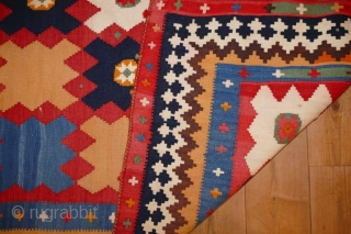 A nice Gashgai Kelim 330x153cm very good condition Ein wunderschöner Gaschgai Kelim um1900 sehr guter Zustand. MAße: 330x153cm