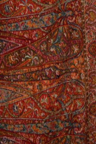 """Un châle indien de 1840 siècle à bordure longue """"exemple très rare de châle indien du Cachemire"""" magnifique multicolore avec pashmina à base noire """"il mesure 12 pieds de long sur 4,5  ..."""