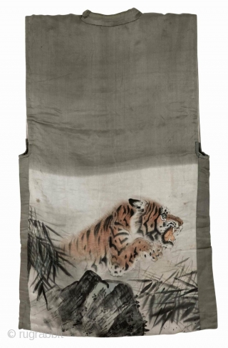 'Tiger' han juban, Japan, Meiji (circa 1890), cm 94x54. The 'han juban' is an half length garment which is worn under a kimono. Those used by women were, in the past, often  ...